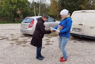 Eesti-Linnukasvatajate-Seltsi-tänukirja-üleandmine-Lepaniidi-Mahetalule-Luige-Lind-2020-toetamise-eest-1
