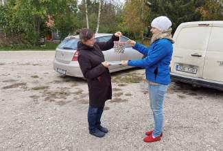 Eesti-Linnukasvatajate-Seltsi-tänukirja-üleandmine-Lepaniidi-Mahetalule-Luige-Lind-2020-toetamise-eest-2